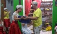 Mãe Fabiana de Oxum Dioni leva seus orixás para casa