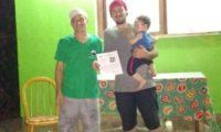 Entrega de certificado de batismo de Rodrigo Mariano de Carli